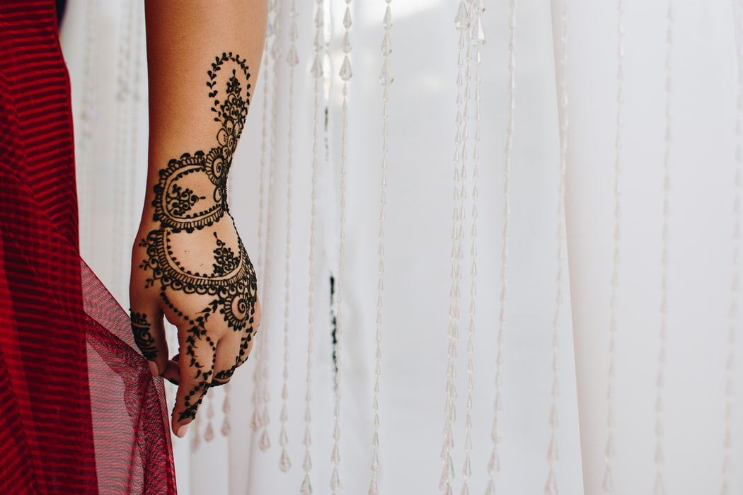 28 Henna Designs for Hands We're Dying to Try Out