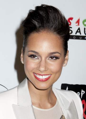 Get the Look: Alicia Keys' Luscious Lashes and Berry Gloss