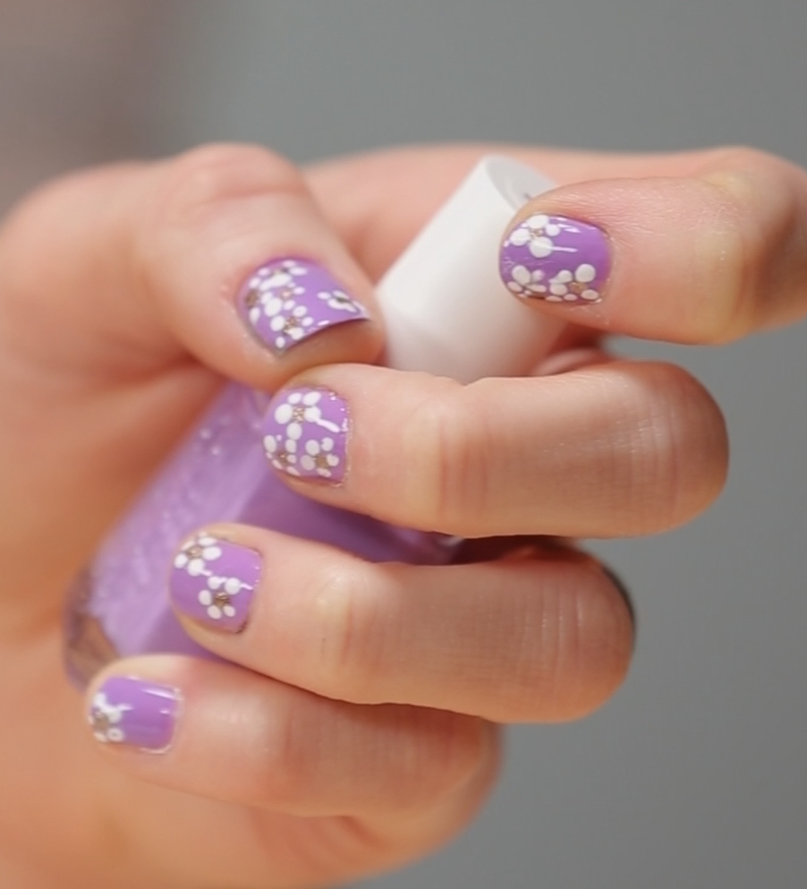 Dotted-with-Daisies Nail Art