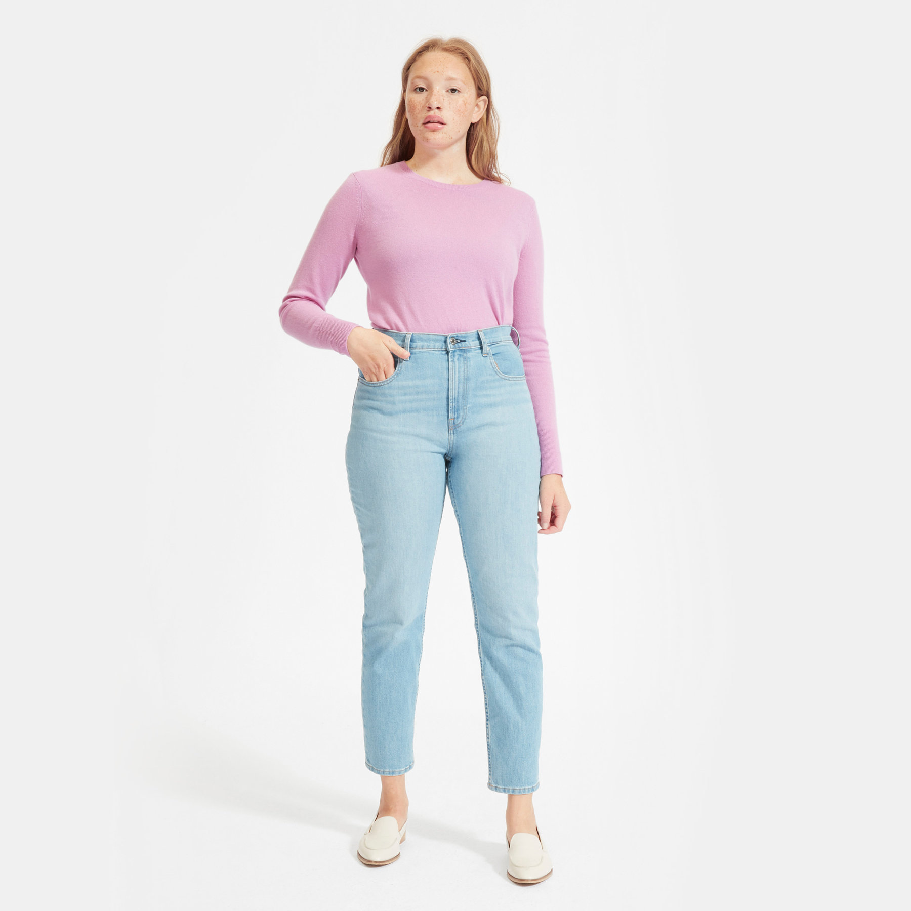 woman wearing everlane cashmere crew sweater in pink