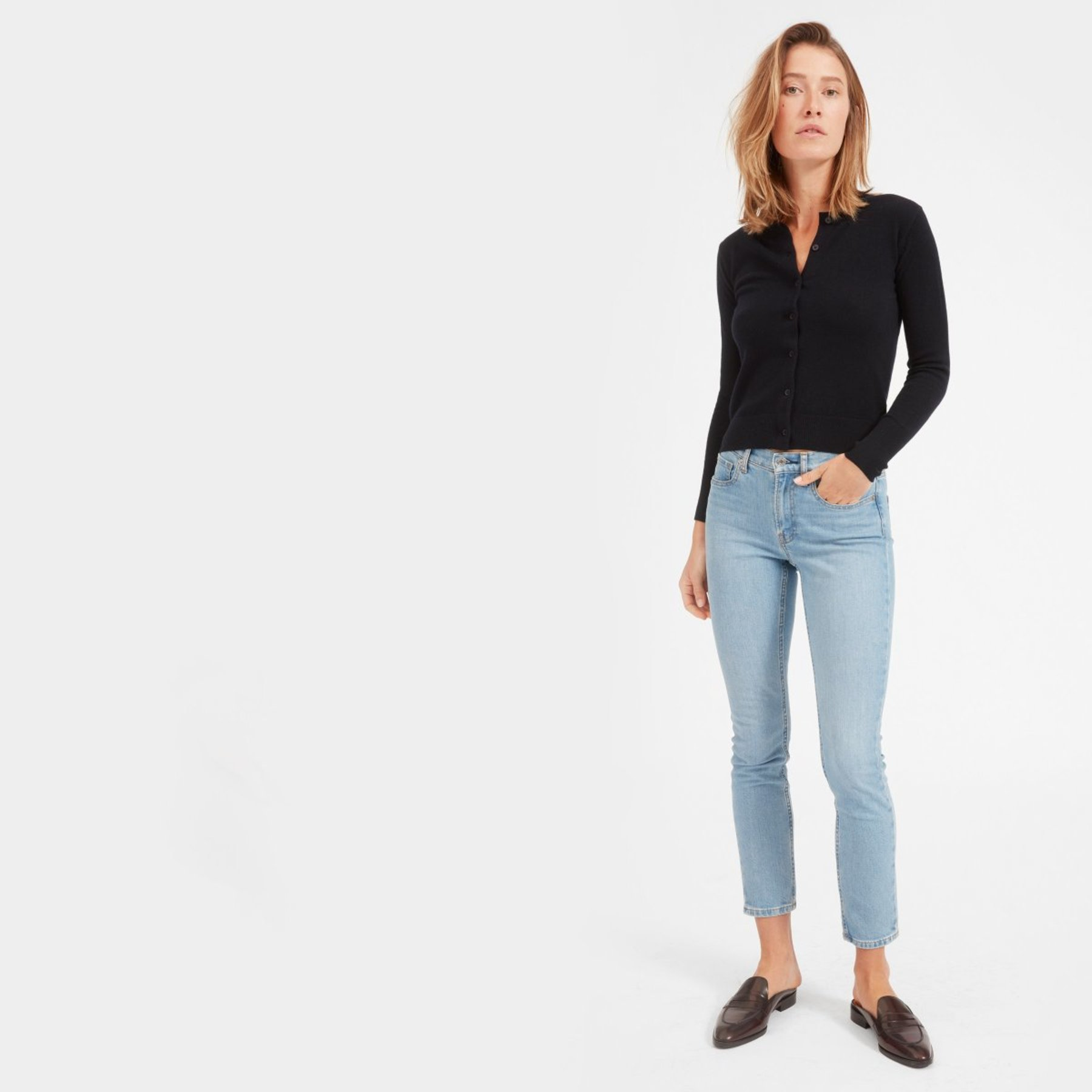 woman wearing everlane skinny jeans mid-rise