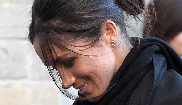 meghan markle wearing mismatched earrings